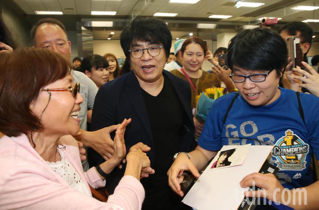大批粉絲在松山機場接機,搶著要求簽名握手,ASKA親切回應,幾次停下腳步滿足歌迷...