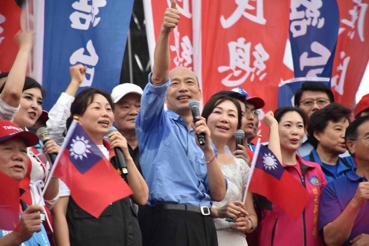 韓國瑜感謝現場韓粉支持,比出大拇指。記者王思慧/攝影