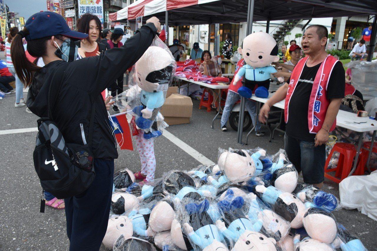 有攤商把握最後機會,2個韓國瑜造型娃娃只賣50元。記者王思慧/攝影