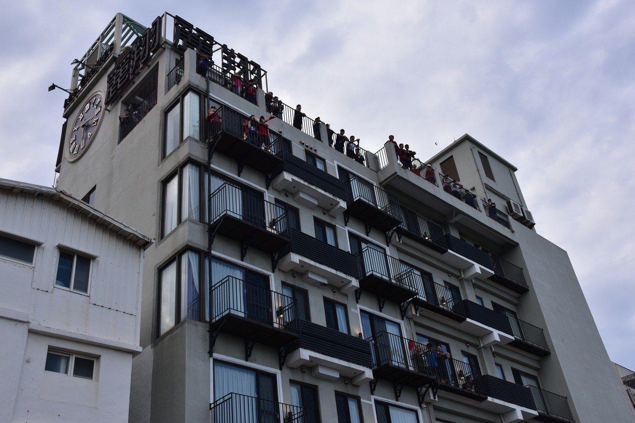 造勢會場旁的飯店頭頂也站滿支持民眾。記者王思慧/攝影