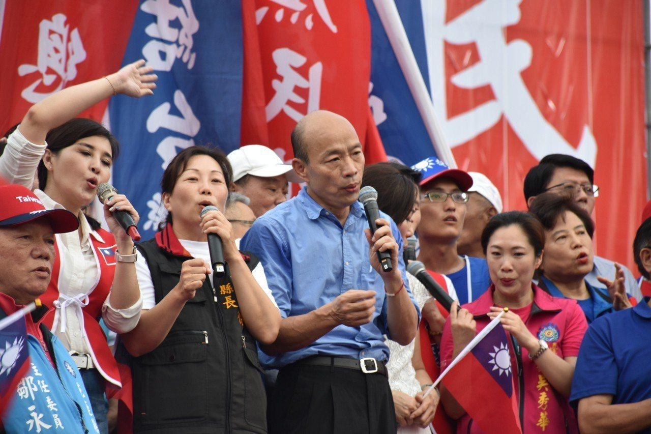 韓國瑜與花蓮縣長徐榛蔚(左三)一起唱《中華民國頌》。記者王思慧/攝影