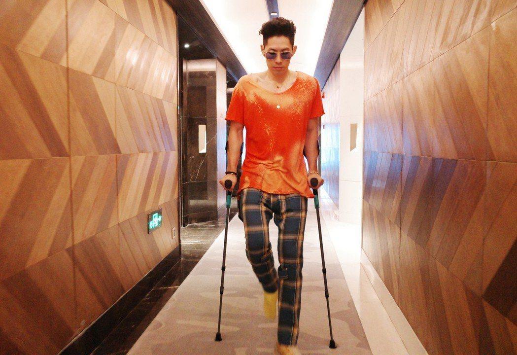 吳建豪右腳踝骨折。圖/環球音樂提供