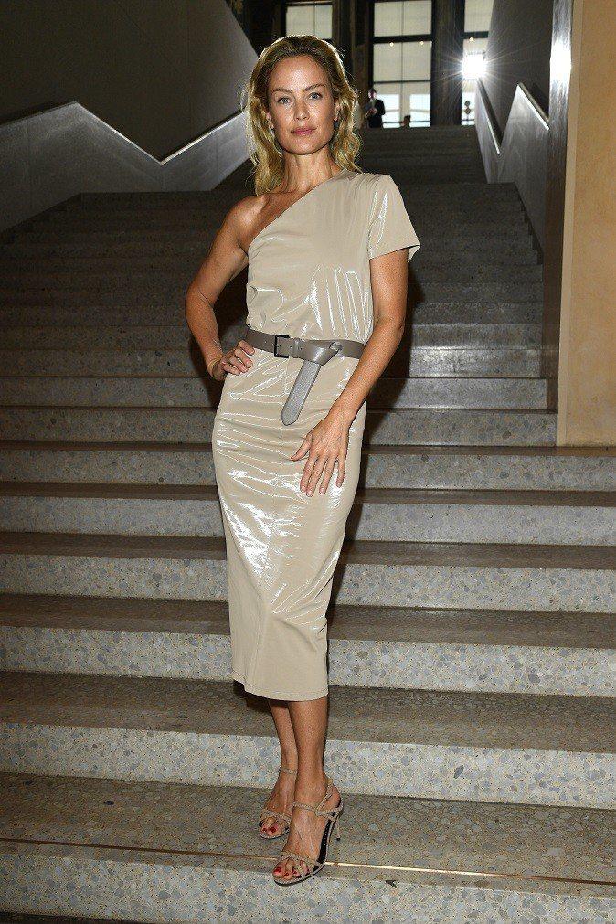 九○年代超模凱洛琳墨菲穿上斜肩洋裝,仍然美得很有氣勢。圖/Max Mara提供