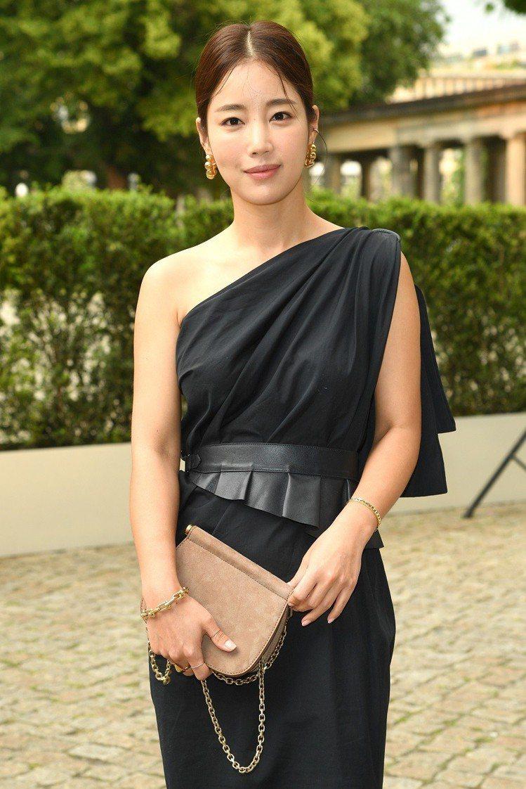 韓國女星奇恩世穿著黑色款斜肩洋裝,端莊貴氣。圖/Max Mara提供