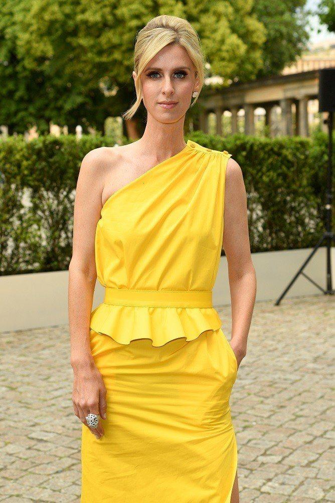 名媛妮琪希爾頓的亮黃色斜肩洋裝甚為搶眼。圖/Max Mara提供