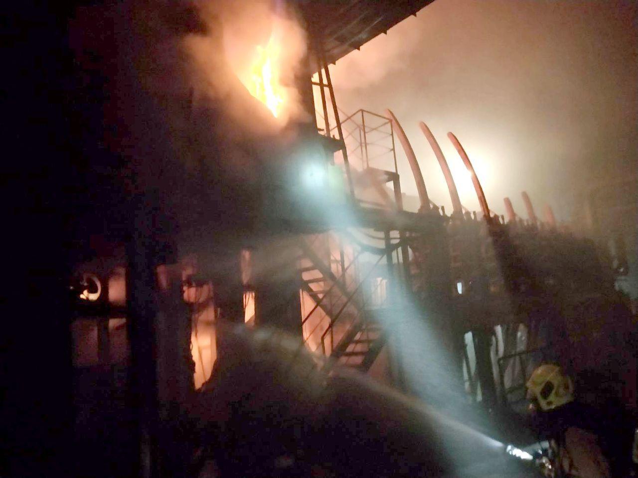 海光公司小港鋼鐵廠今晚發生火警,消防隊員正搶滅火勢。記者林保光/翻攝