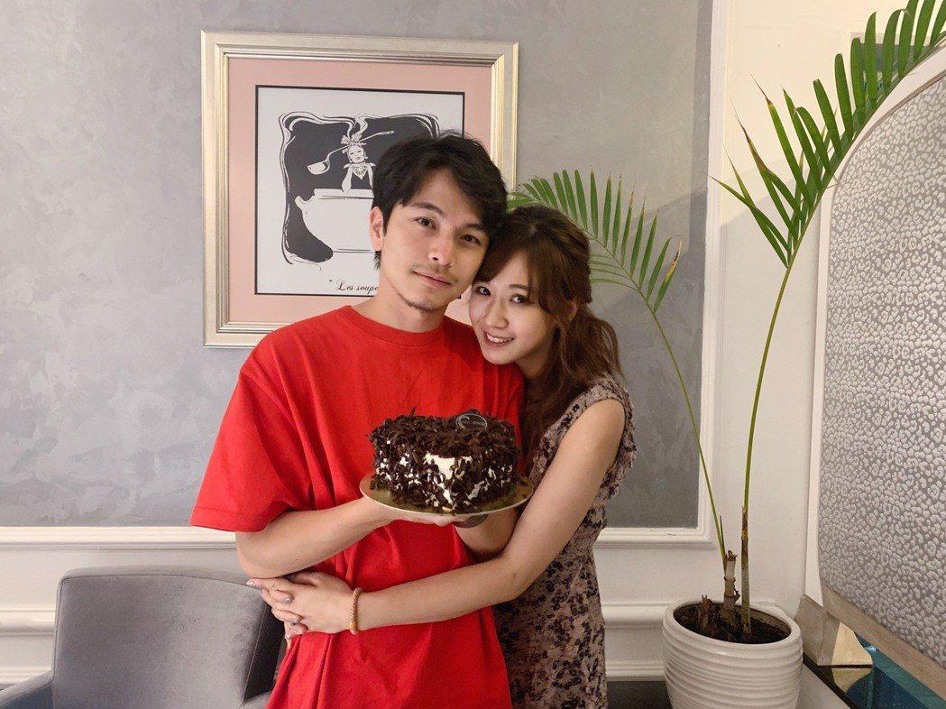 楊銘威8日過30歲生日,老婆方志友獻愛的抱抱、親親。圖/TVBS提供