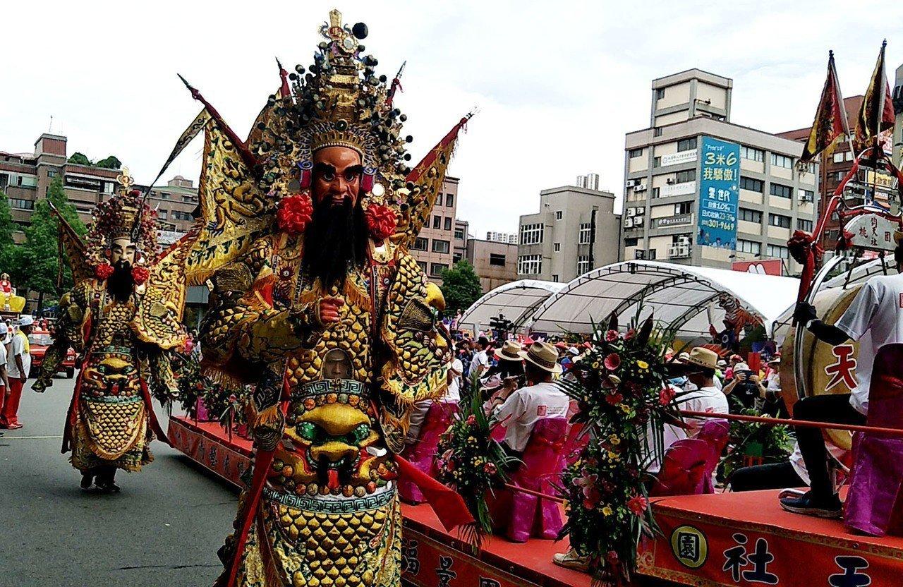 閩南藝閣花車踩街如嘉年華會 飛天媽祖現傳統藝閣魅力