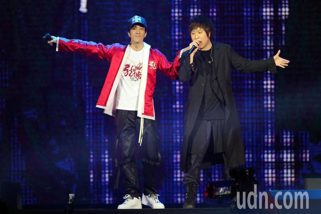 王力宏(左)晚間在台北小巨蛋舉辦「龍的傳人2060」演唱會,而演唱會嘉賓五月天主...