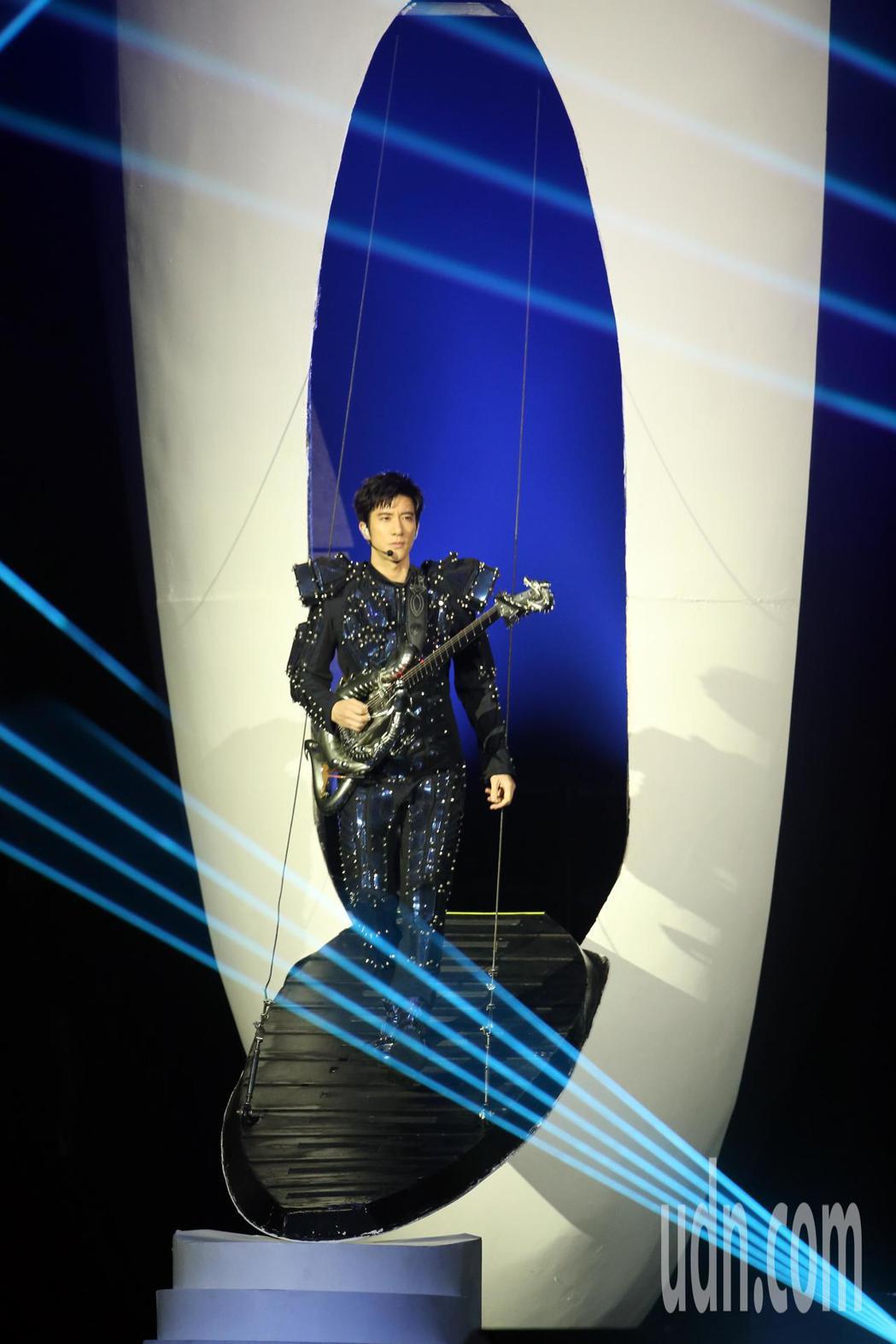 睽違8年第四度攻蛋,晚間王力宏在台北小巨蛋舉辦「龍的傳人2060」演唱會。記者許...