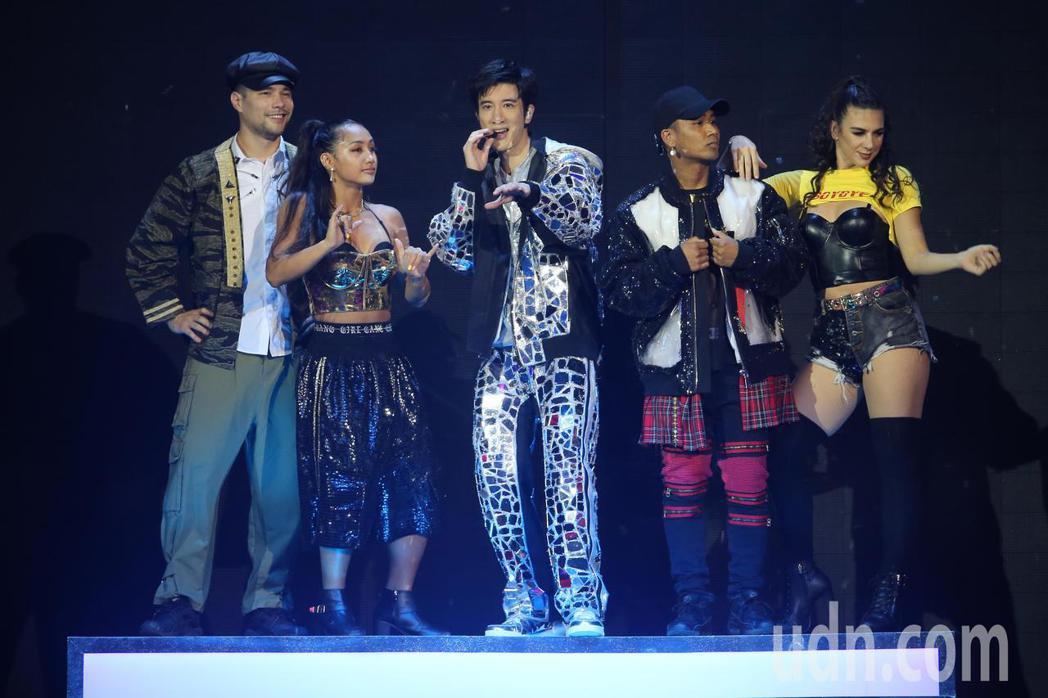 睽違8年第四度攻蛋,晚間王力宏(中)在台北小巨蛋舉辦「龍的傳人2060」演唱會。...