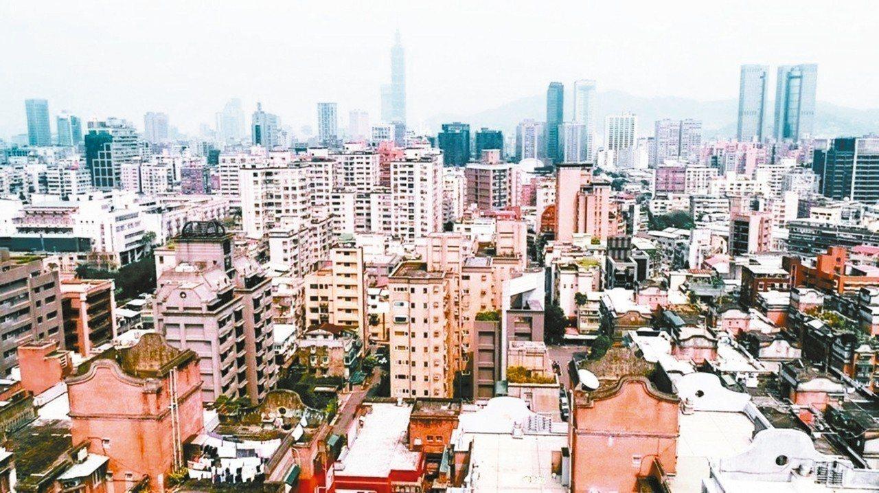 台北市屋齡超過50年建物,全市已達2萬棟,據統計,目前屋齡介於「41至50年」建...