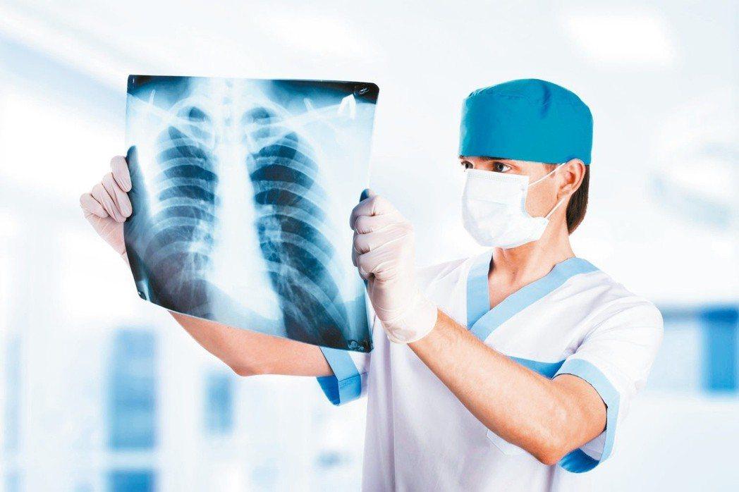 根據健保大數據分析,台灣肺癌就醫人數每年以近一成幅度增加,105年疑似肺癌就醫人...