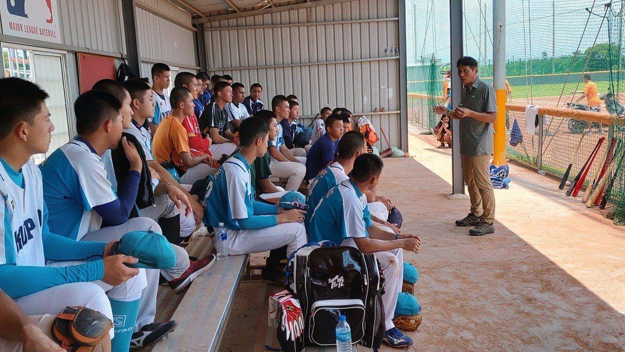 中華青棒藍白代表隊在稻江球場進行七場對抗賽,選訓委員會今天舉行選訓會議,遴選出U...