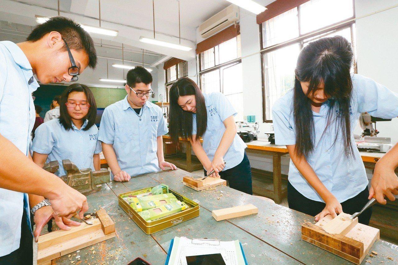 生涯規畫老師在學生生涯探索上扮演重要角色。圖為學生們在開放式的教室裡進行各種實作...
