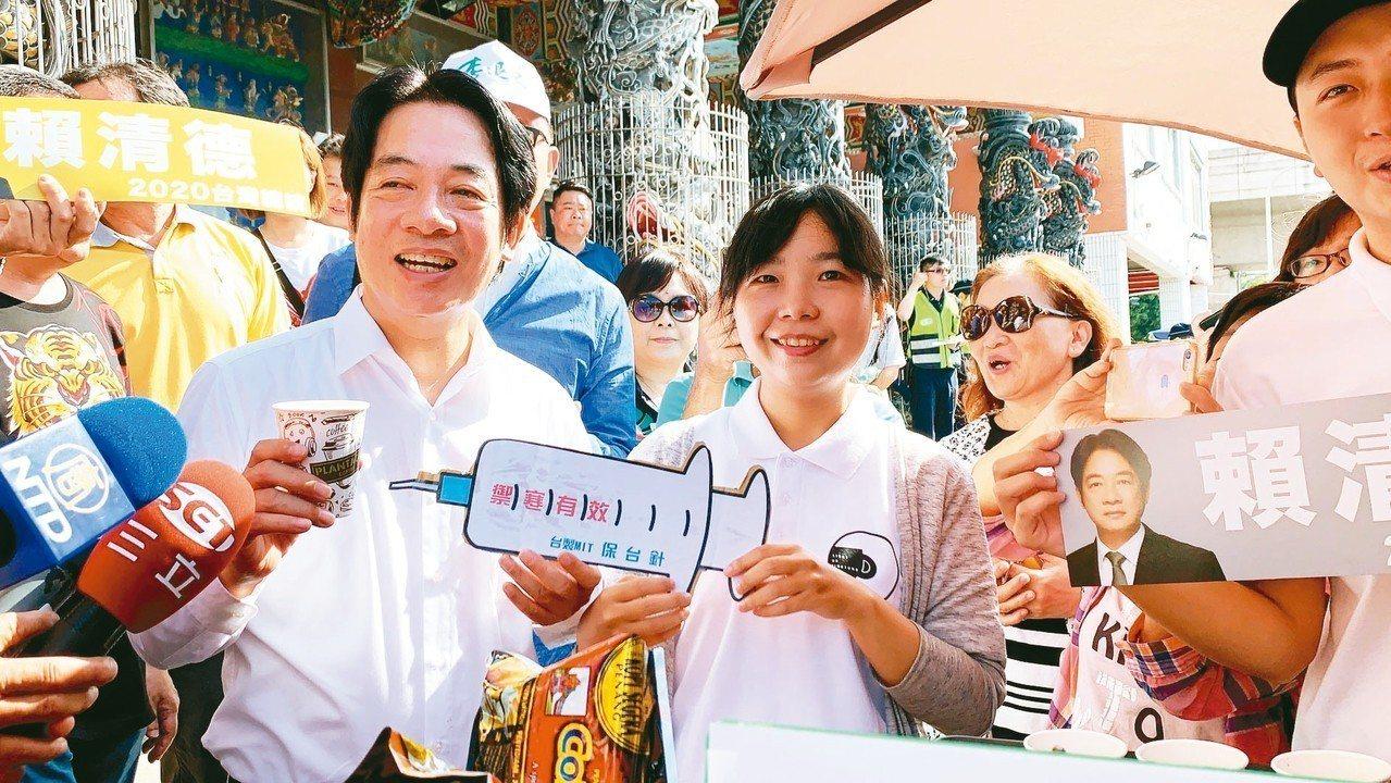 行政院前院長賴清德今天早上從屏東出發,展開壯大台灣遊行,現場有人推出「禦韓」咖啡...