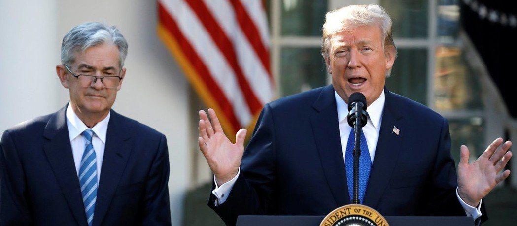 美國聯準會(Fed)的決策官員可能不喜歡以寬鬆政策來因應總統川普(右)的脫軌行為...