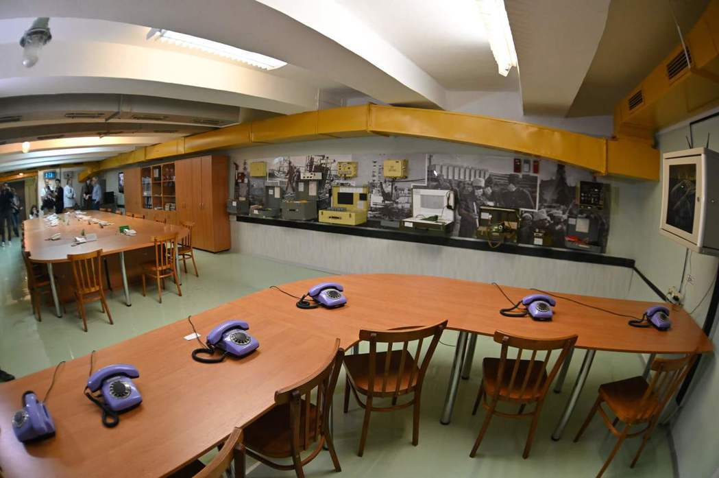 圖為車諾比核電廠地下避難所會議室,官方委員會在此第一次針對核災後續影響開會討論。...