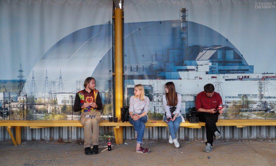 當地公車候車處以位於車諾比核電廠四號反應爐倖存區附近的新避難所為背景。(歐新社)