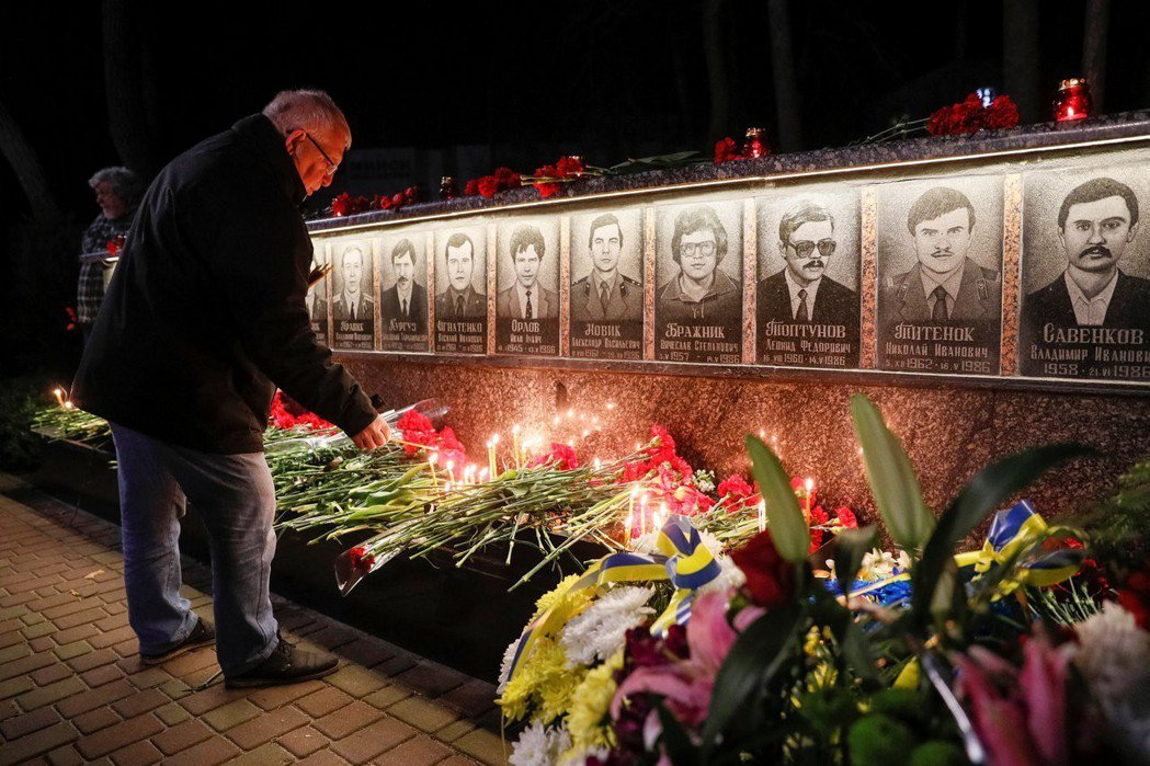 一名男子今年四月在烏克蘭斯拉夫蒂奇市的一座紀念碑獻花,悼念在車諾比核災變中因犧牲...