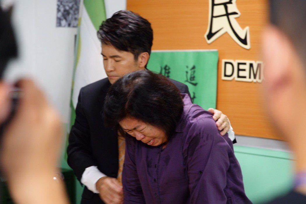 唐從聖(左)在「國際橋牌社」戲中飾演立委,陪同受害國軍媽媽開記者會陳述。圖/馬克...