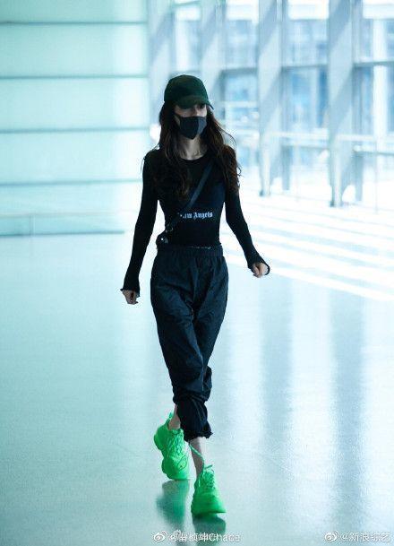 Angelababy素顏現身機場,秀出精實螞蟻腰。圖/摘自微博