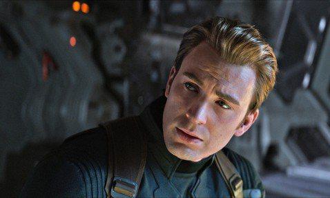 電影「復仇者聯盟:終局之戰」上映至今持續橫掃許多話題,票房也一直熱賣,但在電影上映前夕,外界一直認為「美國隊長」將會在這部電影被賜死,不過其實一開始劇組就沒打算賜死這個超人氣角色,真正原因目前也曝光...