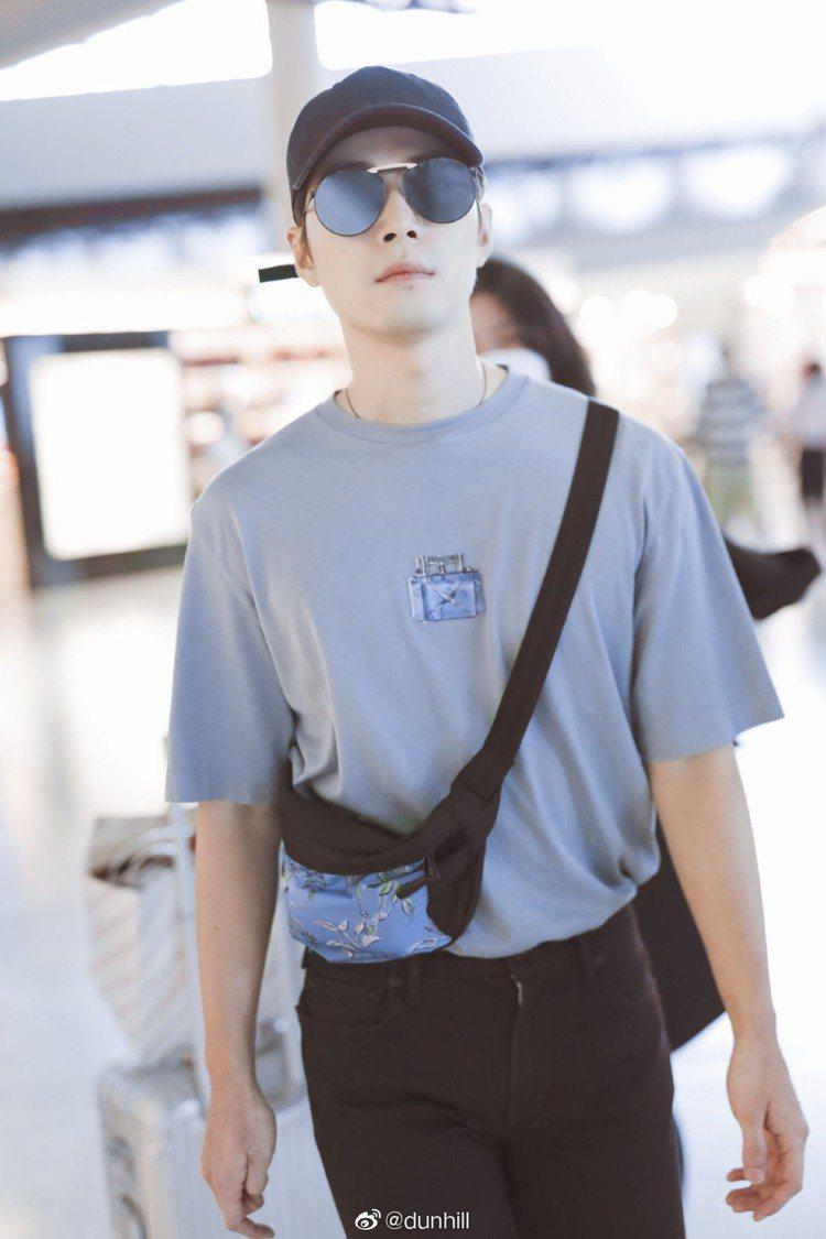 中國男星陳學冬身穿Aquarium系列灰色印花T恤搭配同系列腰包,展現屬於夏日的...