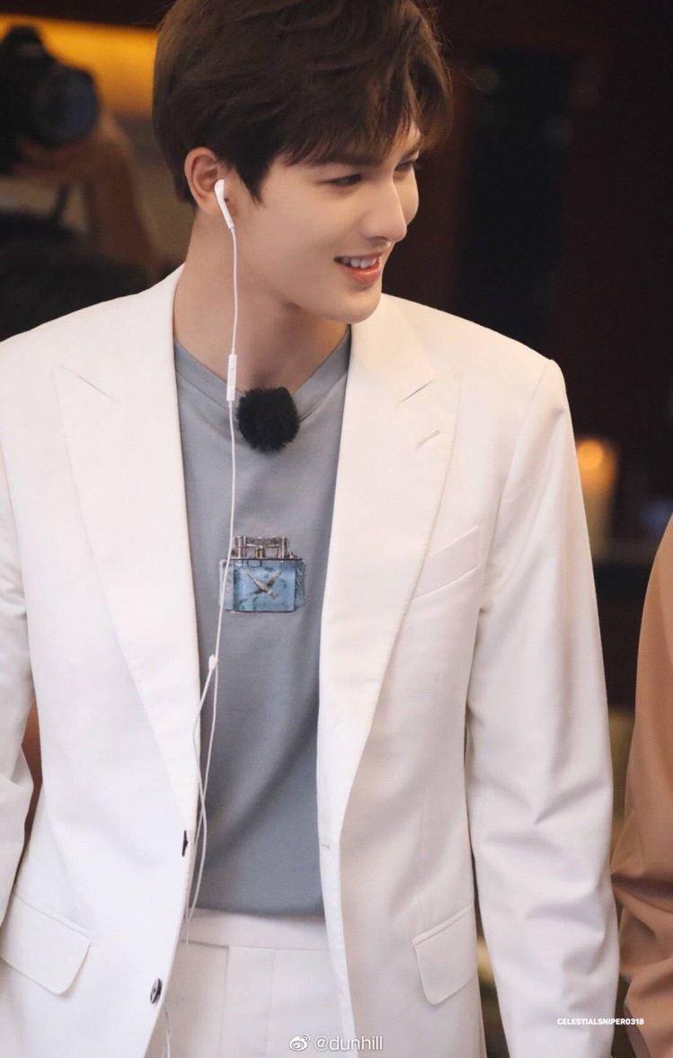 男團隊長朱正廷以dunhill的Aquarium系列灰色印花T恤搭配白色外套,成...