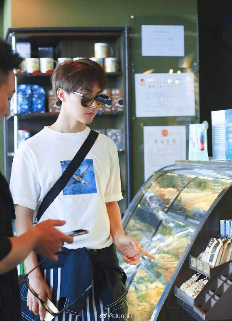 中國男星馬天宇身穿Aquarium系列白色藍鳥刺繡T恤,搭配條紋長褲,凸顯自然不...