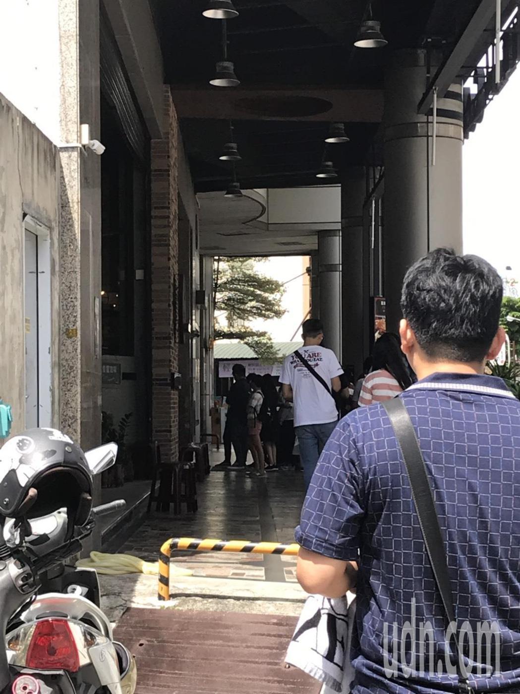 周子瑜將滿20歲,媽媽在台南開的咖啡廳店外這幾天都大排長龍,粉絲想為她慶生。記者...