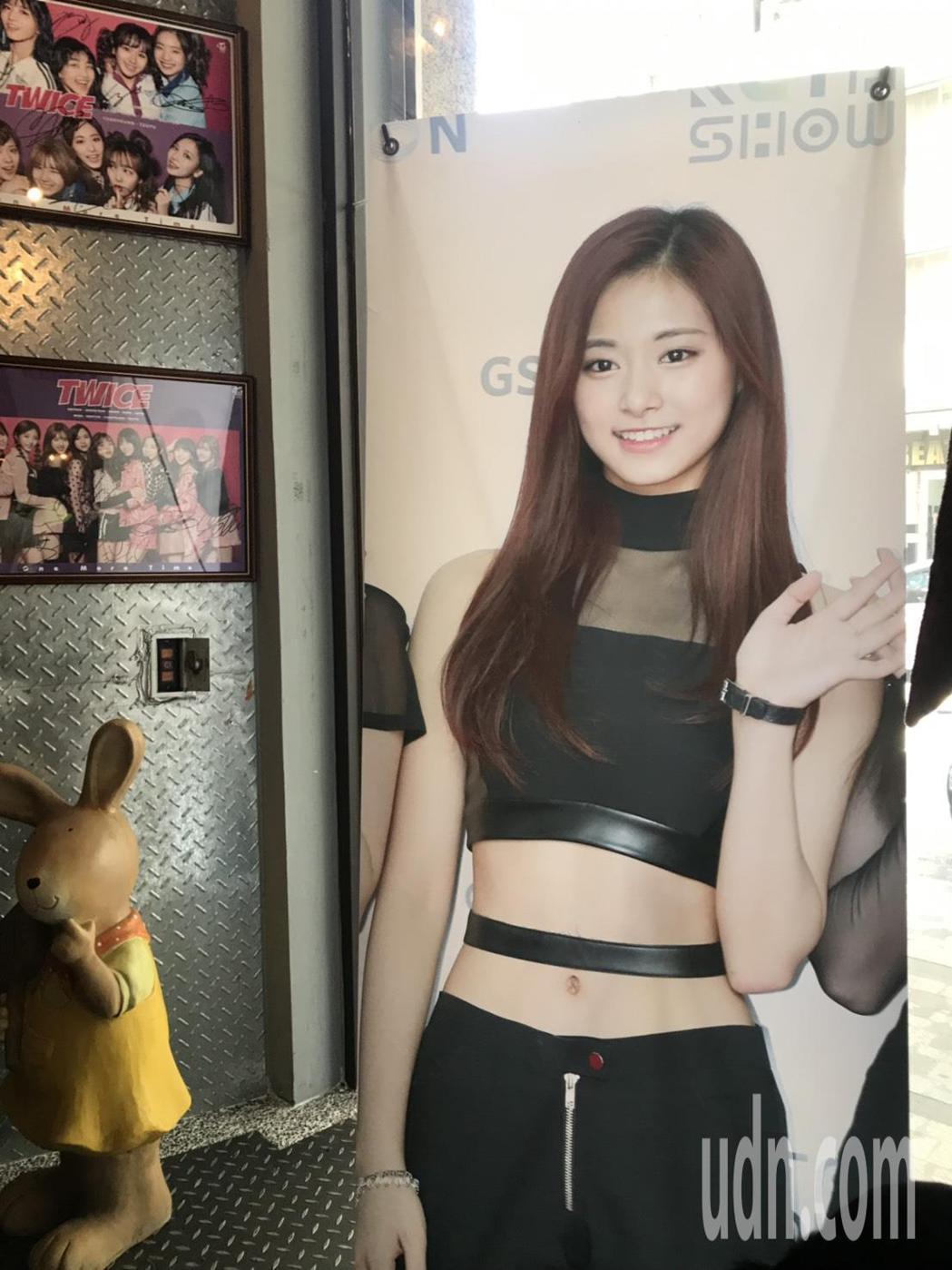 周子瑜將滿20歲,媽媽在台南開的咖啡廳這幾天店內都是粉絲布置的慶生裝飾。記者修瑞...