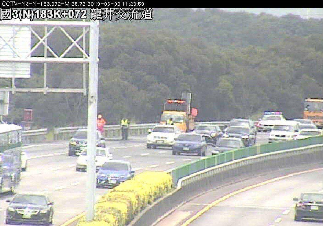 今天上午國3北向182.8公里發生小客車起火事故,回堵約5公里。圖/高公局提供