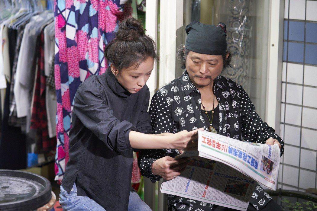 余佩真(左)邀爸爸同台拍攝MV。圖/亞神提供