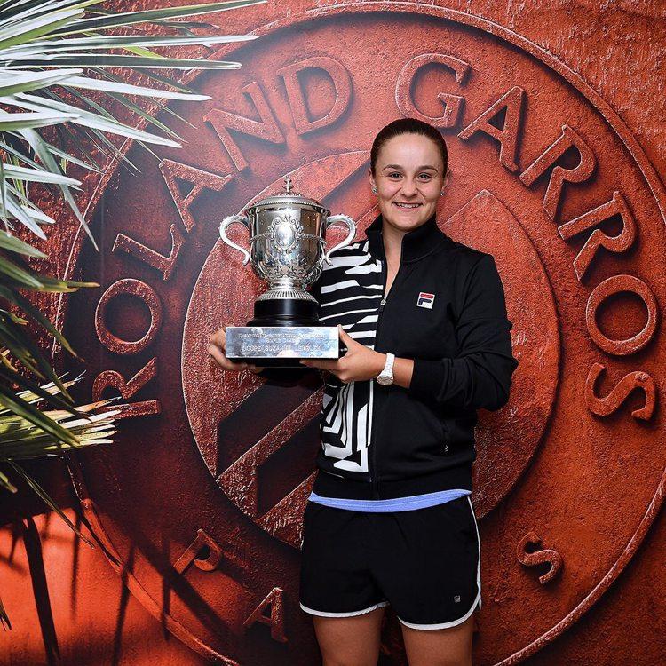 今年在法國網球公開賽獲得女子單打冠軍的Ashleigh Barty,在頒獎典禮時...