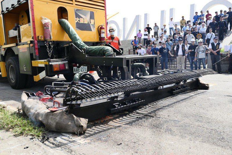 台中市政府引進「公路醫生」 修道路坑洞,標榜可熨斗燙平路面不平。圖/台中市建設局提供