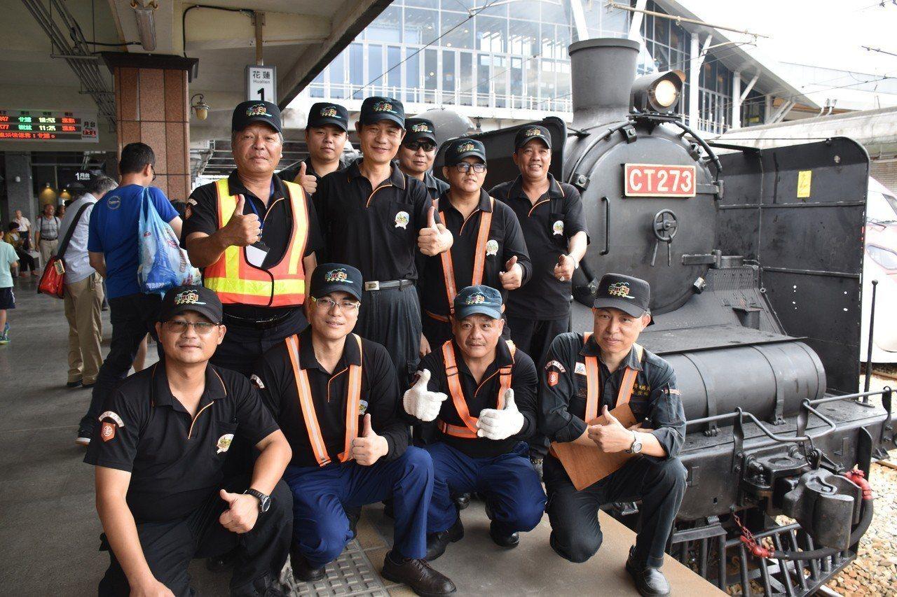 台鐵花蓮機務段工作人員負責今天的蒸汽火車運行。記者王思慧/攝影