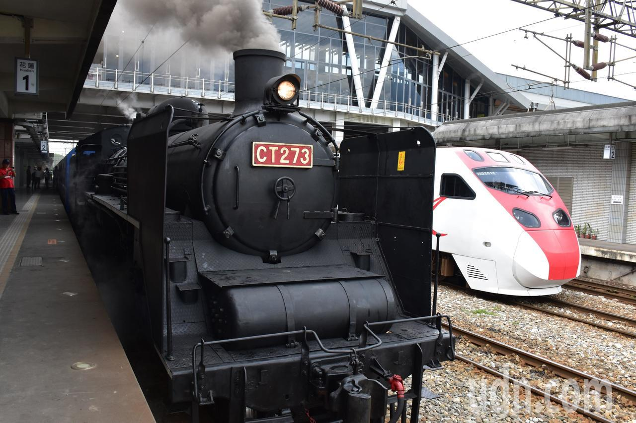 「機關車女王」CT273今上午約11時出發,與一旁的普悠瑪列車形成有趣對比。記者...