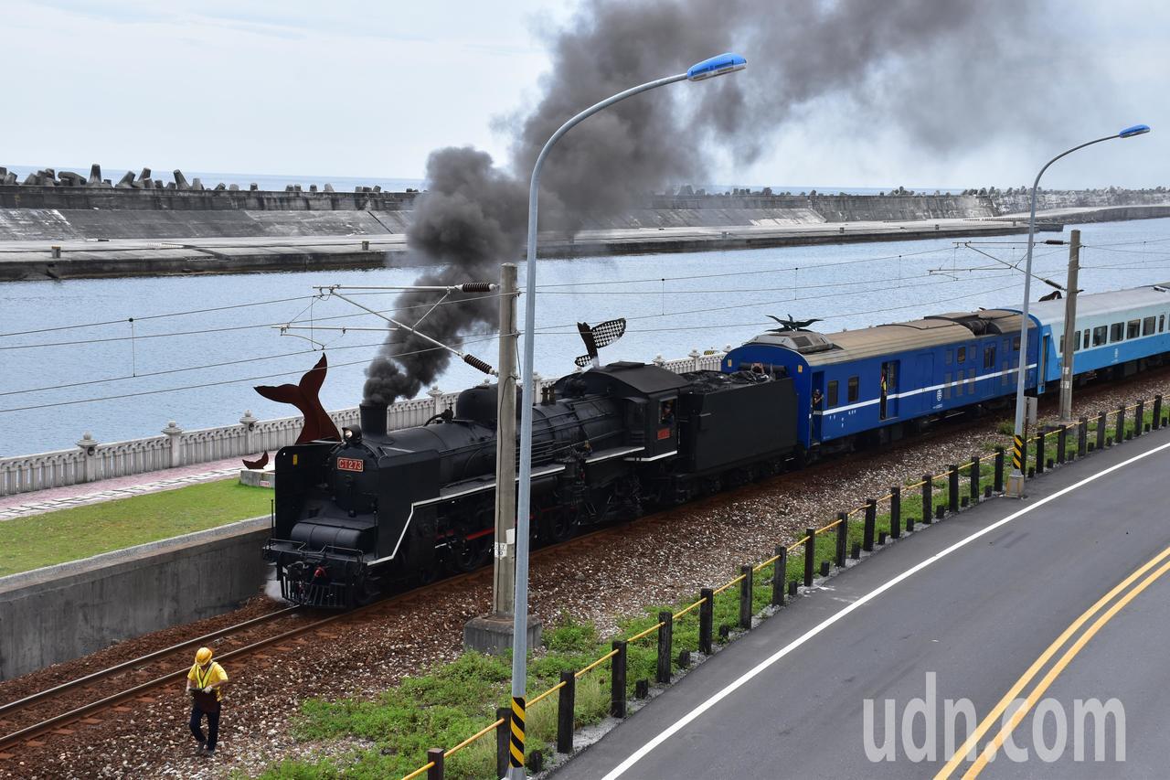 CT273蒸汽火車頭冒煙景象是民眾對火車的深刻印象之一。記者王思慧/攝影