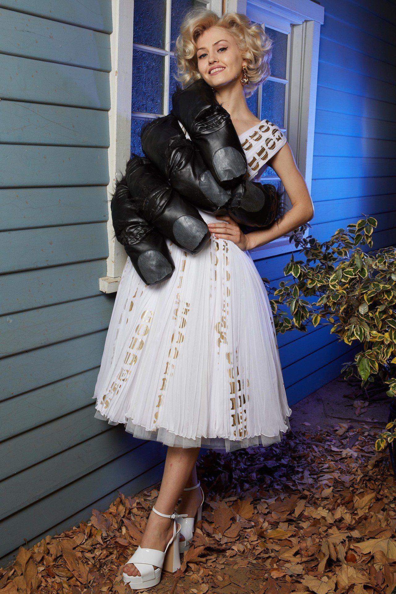 黑色手掌造型洋裝話題性十足。圖/Moschino提供