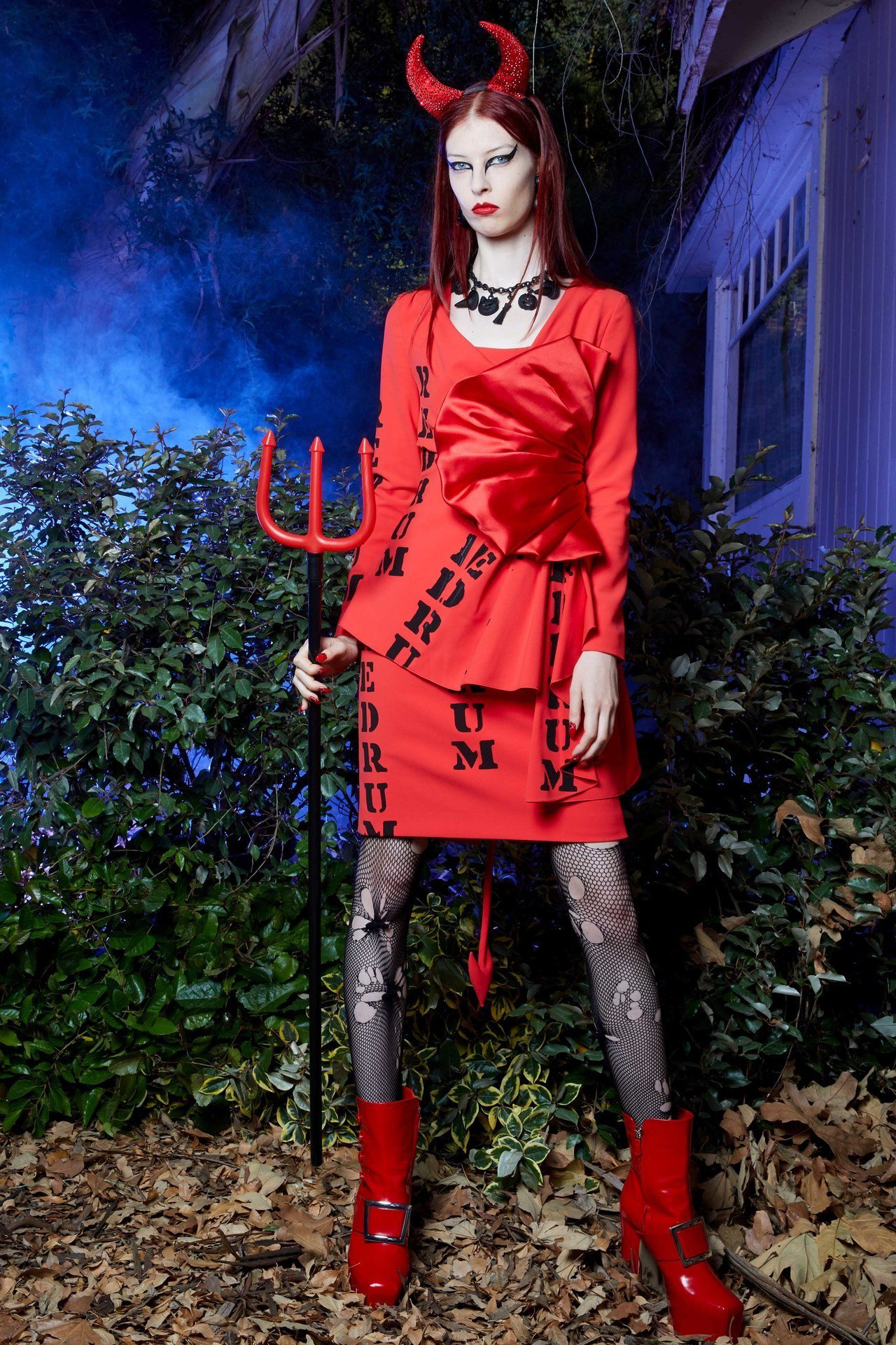 《鬼店》中主角兒子喃喃自語念著的「REDRUM」變成紅色洋裝上的標語。圖/Mos...