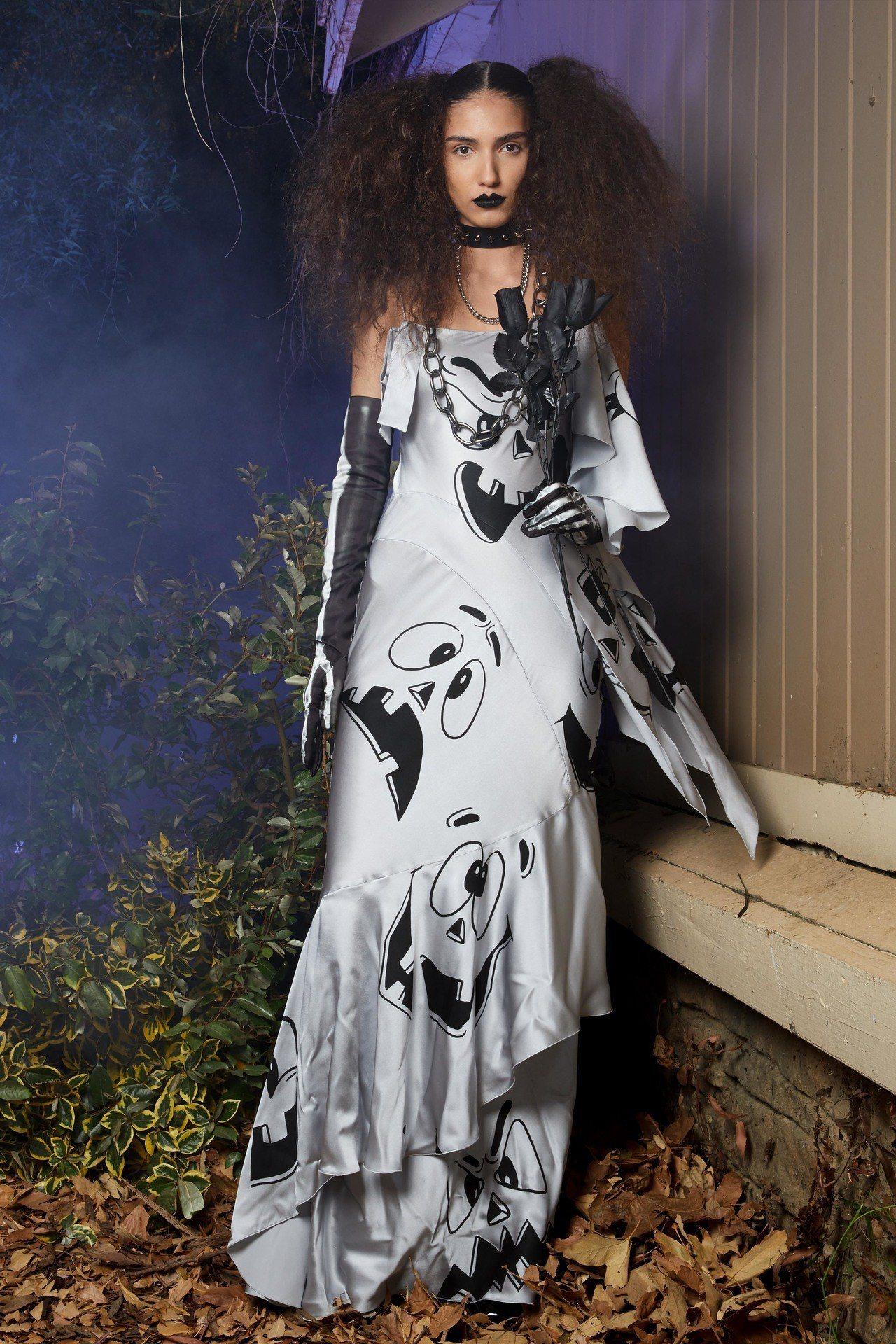 《驚聲尖叫》的白色鬼臉化身洋裝上的印花。圖/Moschino提供