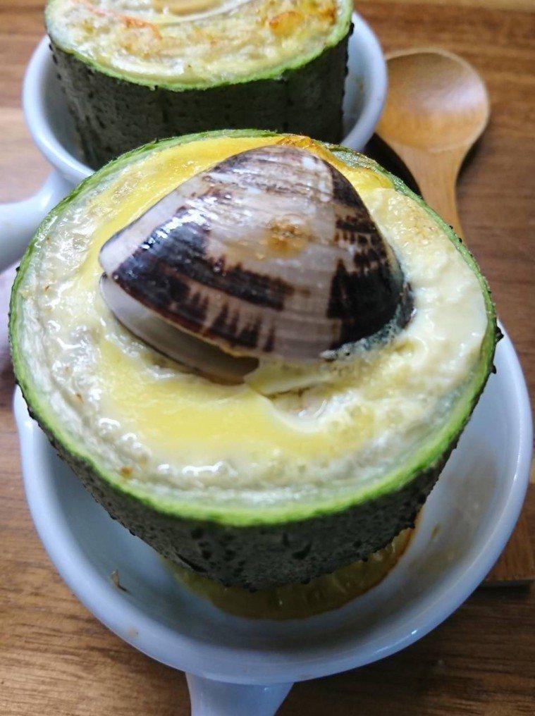 吃不完的肉粽,也可以變身為「絲瓜蛤蠣肉粽焗蛋盅」。 圖/林靜莉提供