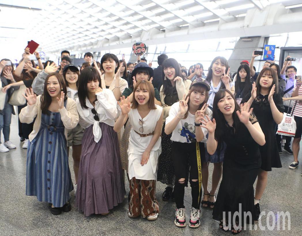 日本早安少女組11位成員,9日下午從香港搭機抵達桃園機場。記者陳嘉寧/攝影