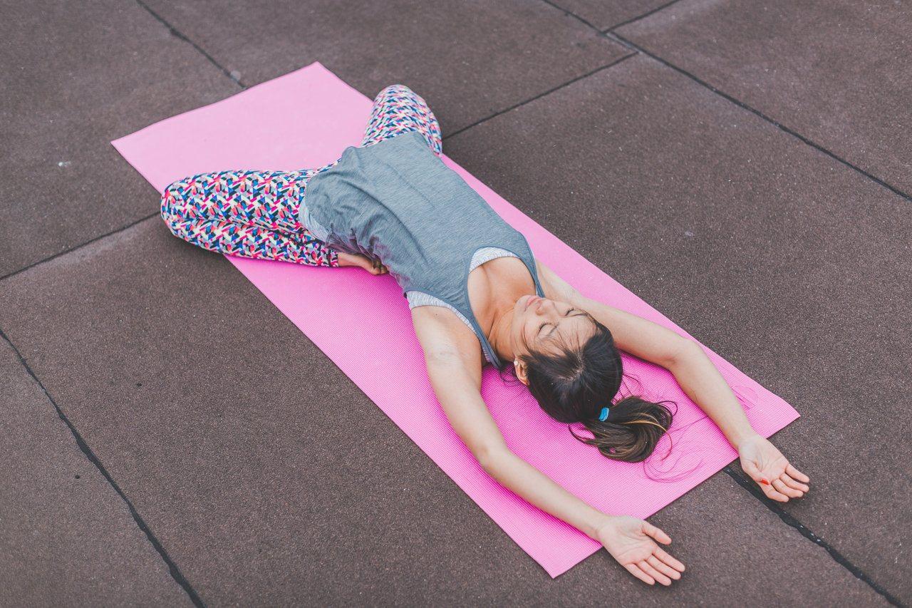 睡前不要有激烈運動,簡單伸展就好。圖/摘自stocksnap
