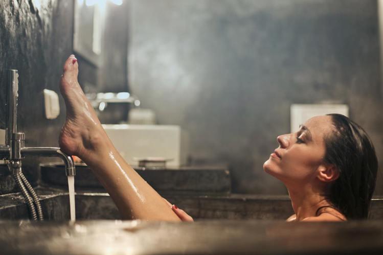 睡覺前洗澡,頭髮吹乾才能睡。圖/摘自stocksnap