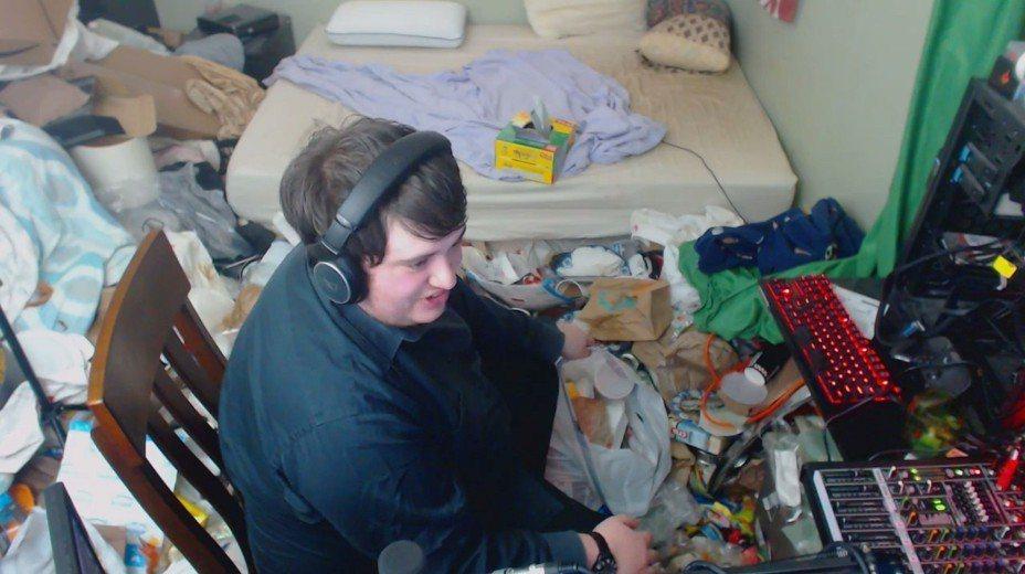 美國一名電玩玩家,日前過生日當天,心血來潮直播打掃14年沒清掃過的房間,只見房間垃圾堆積如山,完全覆蓋地板。圖片擷取Twitch/@Jaegerrmeiste