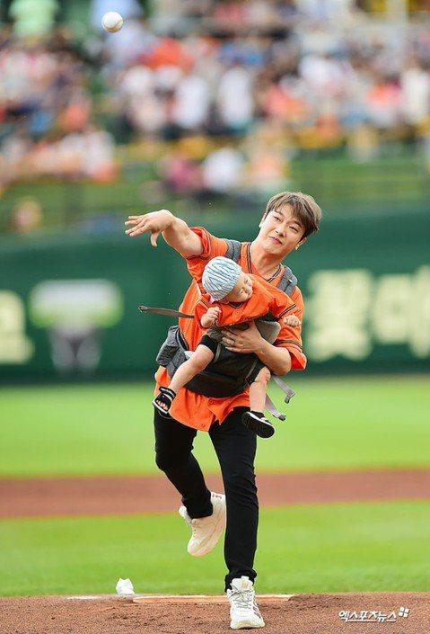 韓團FTISLAND鼓手崔敏煥8日為韓國職棒球賽開球,帶著女團出身的老婆律喜和一歲兒子現身。但他背著兒子開球的模樣曝光後,被網友罵爆,因為他將兒子背在胸前大力投球,兒子隨著他的動作遭到大力甩動,險些...