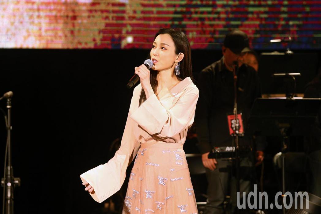 罕病基金會下午舉辦「罕見二十」暖心演唱會,范瑋琪與北區天籟美少女團合唱歌曲。記者...