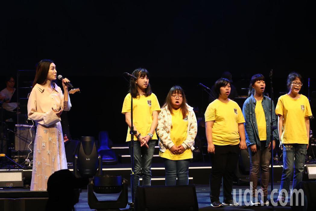 罕病基金會下午舉辦「罕見二十」暖心演唱會,范瑋琪(左)與北區天籟美少女團合唱歌曲...